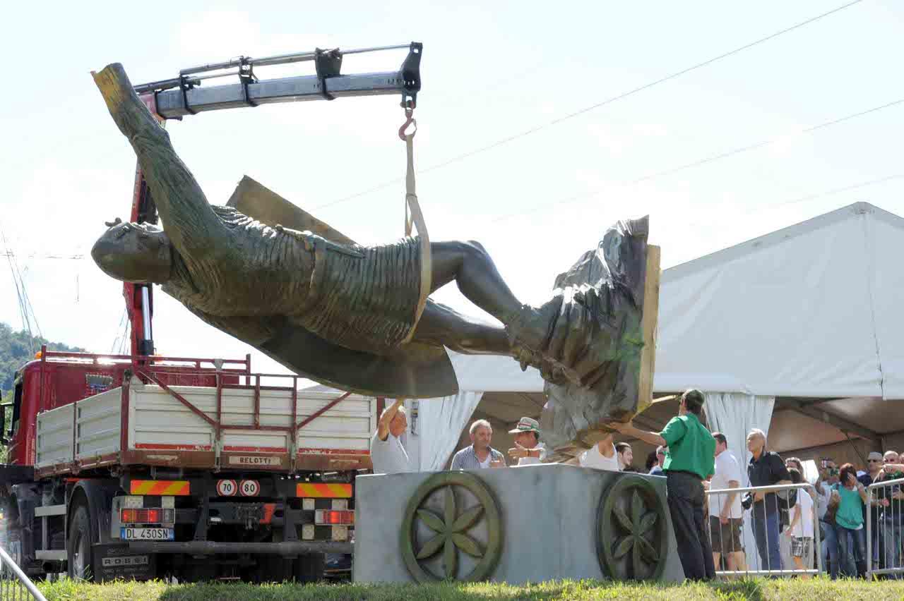 La posa della maxi statua di alberto da giussano for Piscina giussano