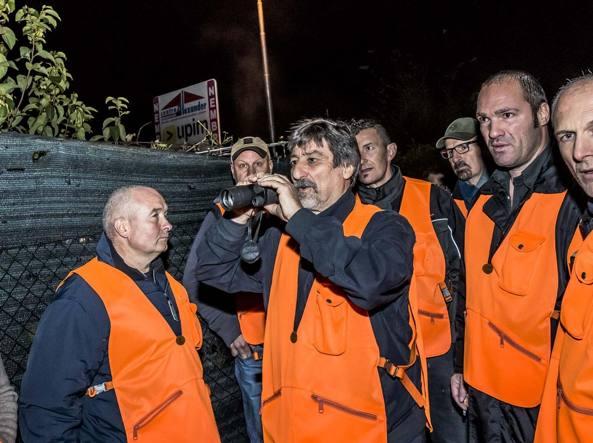 Al centro, con visore notturno, il sindaco Claudio Sessa