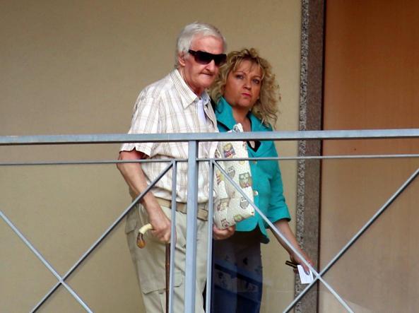 Il padre legittimo di Bossetti, Giovanni, con la figlia Laura (Fotogramma Brescia)