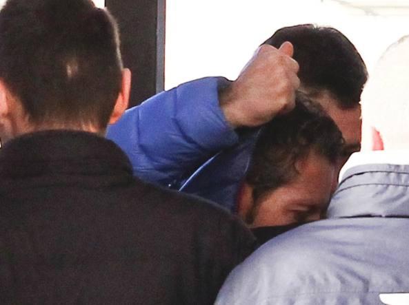 Massimo Bossetti mentre entra in chiesa viene coperto dagli agenti (LaPresse/Spada)