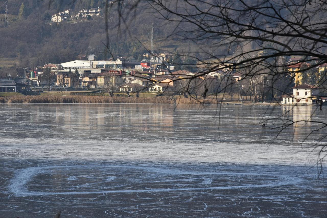 La magia dell inverno a bergamo coi pattini sul lago for Lago store bergamo