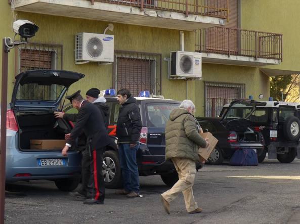 I carabinieri di Clusone con le cartelle cliniche sequestrate il 18 dicembre 2015