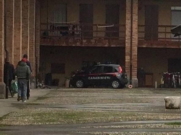 I carabinieri sotto l'abitazione dove c'� stato il parto