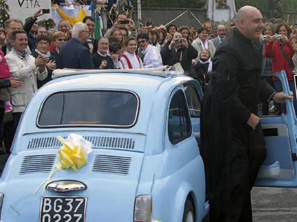 Don Diego Rota, 46 anni il 19 marzo, � stato accolto a Solza nel 2012. Originario di Bergamo, � sacerdote dal 1995 (la foto dei festeggiamenti dal notiziario comunale)