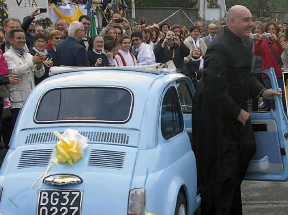 Don Diego Rota, originario di Colognola, durante una festa a Solza, dove è stato parroco dal 2012 fino a mercoledì scorso