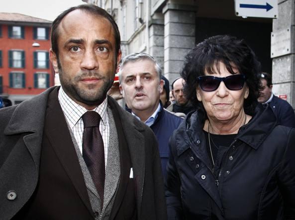 La madre di Bossetti, Ester Arzuffi, arriva in tribunale scortata dall'avvocato Benedetto Maria Bonomo  (Fotogramma/Tiziano Manzoni)