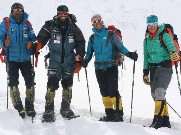 I fantastici 4: foto sul profilo Facebook di Simone Moro: da sinistra il pakistano Al� Sadpara, lo spagnolo Alex Txicon, Simone Moro e Tamara Lunger