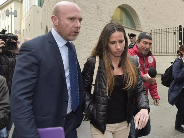 L'avvocato Camporini con Marita Comi, moglie di Massimo Bossetti, che questa mattina ha assistito all'udienza (Fotogramma/Tiziano Manzoni)