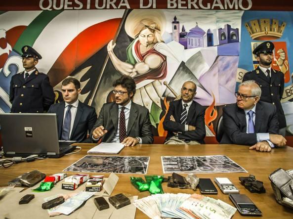 Da sinistra il dirigente della squadra mobile Giorgio Grasso, il sostituto procuratore Emanuele Marchisio, il procuratore Walter Mapelli e il questore Girolamo Fabiano