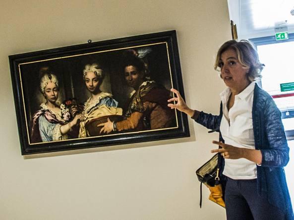 La storica dell'arte Alessandra Cavai ha curato l'allestimento delle opere  dell'ospedale Papa Giovanni. Qui mostra «Ritratto di domestica con due fanciulli» di Fra' Galgario (Fotogramma/Sergio Agazzi)