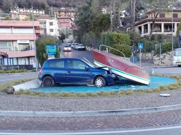 L'auto contro il motoscafo