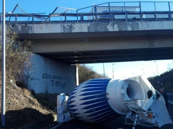 La betoniera era appena uscita da un cantiere su una bisarca