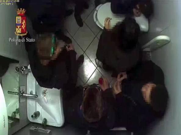 Alcuni ragazzi ripresi mentre sniffano cocaina nel bagno di un locale vicino allo stadio