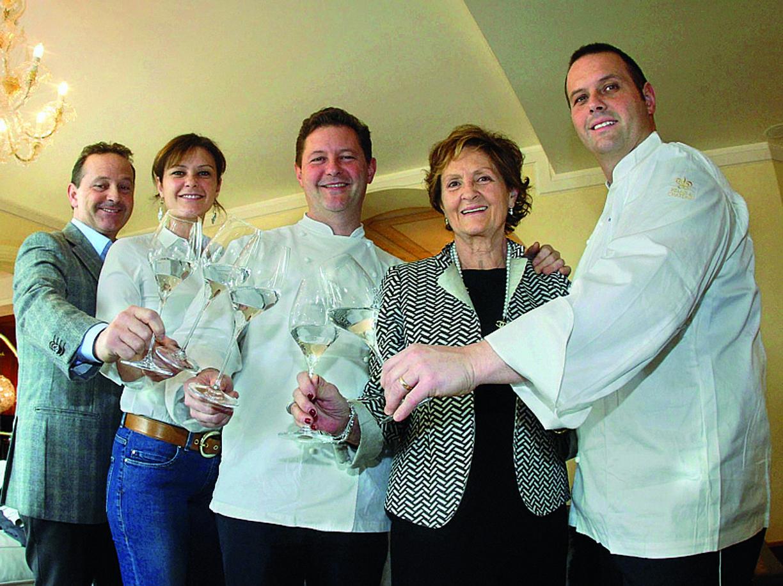 Da sinistra Francesco, Rossella, Enrico, mamma Bruna e Roberto «Bobo» Cerea