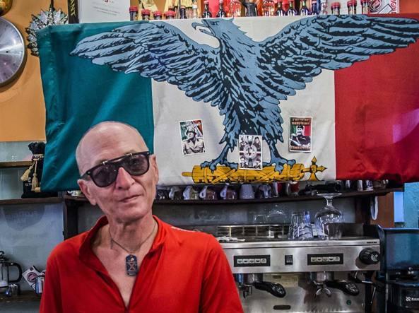 Vinicio Morzenti, titolare del bar multato: al collo una medaglietta della X Mas