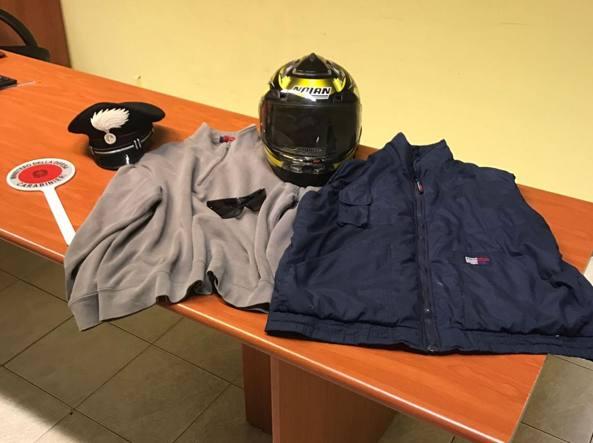 Il casco e la giacca indossati dal rapinatore durante il colpo in panetteria