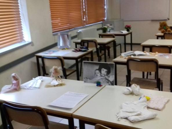 I banchi vuoti dell'aula 21 del Liceo Lorenzo Federici di Trescore