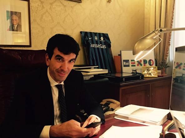 Il ministro Maurizio Martina nel suo ufficio, a Roma, tiene la maglia dell'Atalanta che gli ha regalato la mamma di Marco D'Alessandro