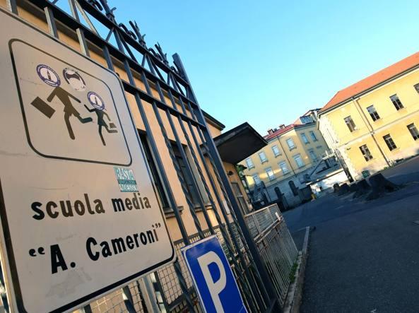 Il cancello della scuola media statale Cameroni, a Treviglio (LaPresse/Francesco Moro)