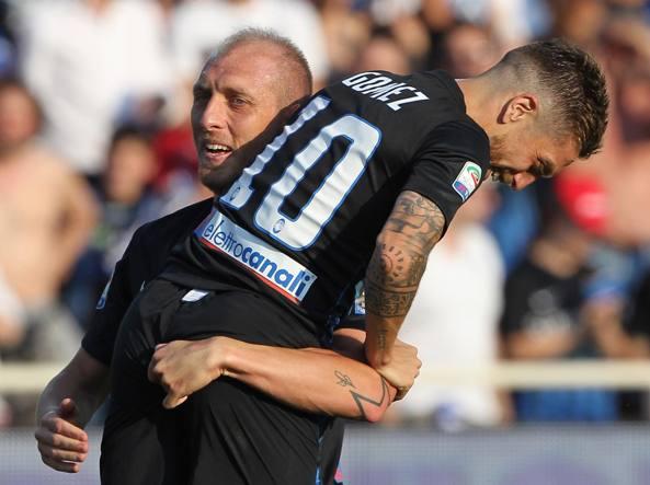 L'abbraccio tra Andrea Masiello e Papu Gomez alla fine del campionato