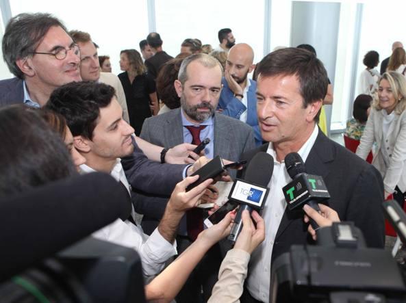 Gori assediato dai giornalisti a margine della conferenza stampa della manifestazione «I maestri del paesaggio»