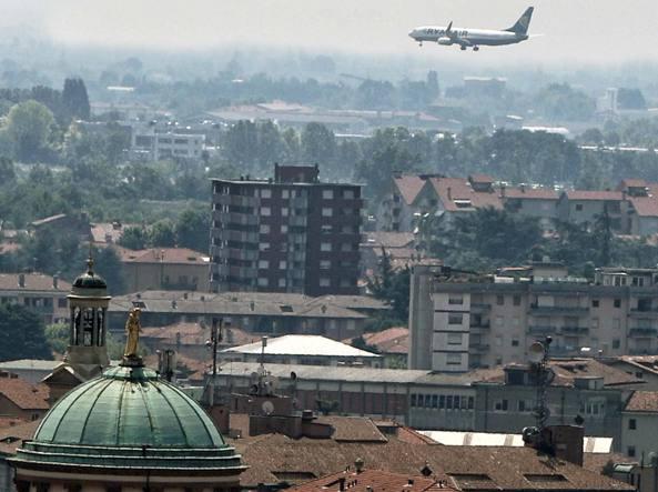 Un aereo in atterraggio sopra la città