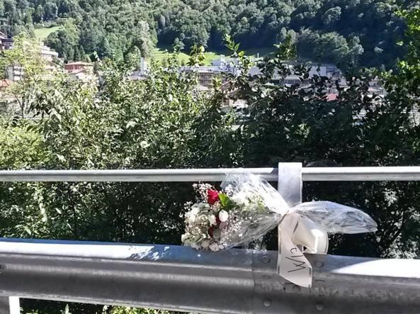 Un mazzo di fiori lasciato dagli amici nel punto dove Bara si è lanciato