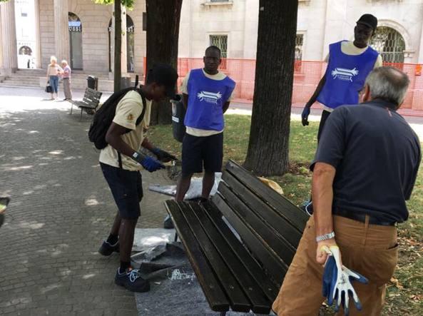 I richiedenti asilo «arruolati» dall'amministrazione comunale per sistemare le panchine della città