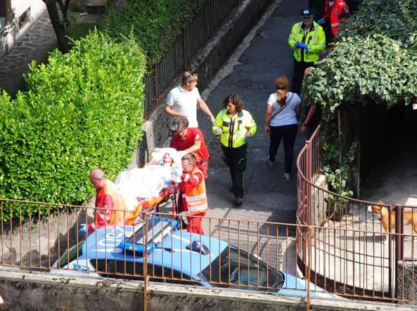 Natalia Turcan, 39 anni, mentre viene trasportata in ospedale (LaPresse/Sergio Agazzi)