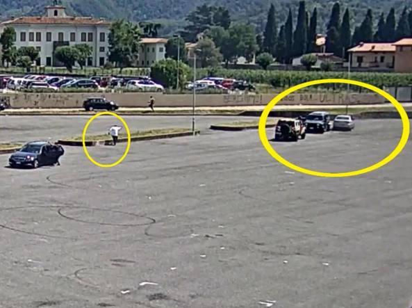 La sparatoria ripresa dalle telecamere di piazza Pertini