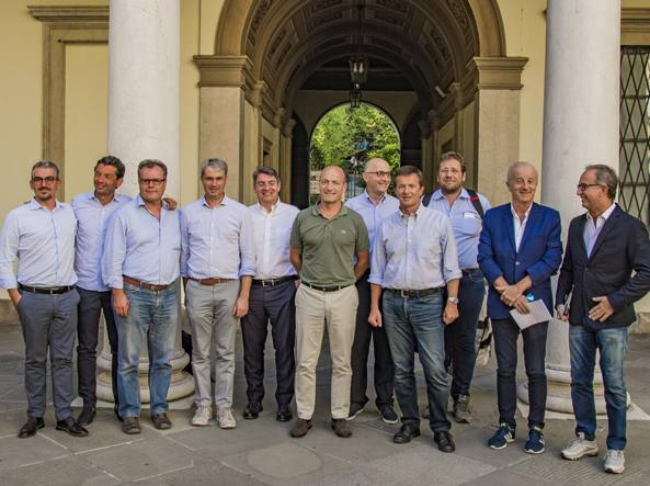 Gori a Palazzo Frizzoni con il comitato di sindaci schierati per il Sì
