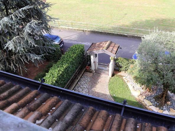 La vittima era affacciata da questo balcone quando gli hanno sparato (LaPresse/Francesco Moro)