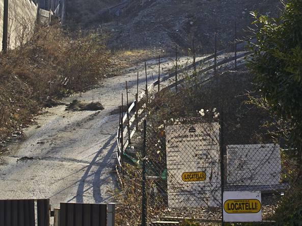 Il cantiere di via Fara dopo il crollo del 2008 con i cartelli della Locatelli