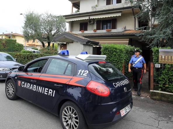 I carabinieri davanti alla villetta dell'omicidio (LaPresse/Francesco Moro)