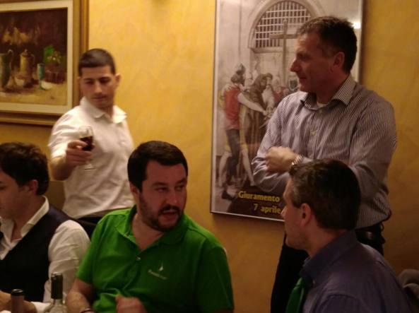 Matteo Salvini con il sindaco Carozzi (in piedi a destra)