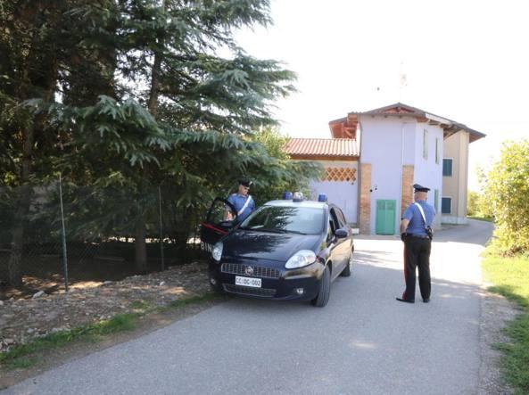 I carabinieri fuori dalla struttura per richiedenti asilo (LaPresse/Francesco Moro)