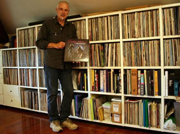 Paolo Mazzucchelli con il suo «tesoro» di copertine e vinili