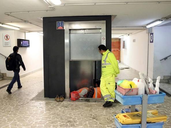 I tecnici al lavoro per riparare l'ascensore