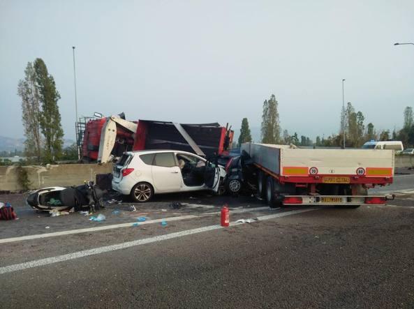 Il camion ribaltato, la moto e le due macchine coinvolte: una delle auto si è infilata sotto il rimorchio