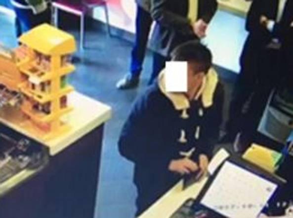 Uno dei tre ragazzi arrestati ripreso dalle telecamere di un negozio