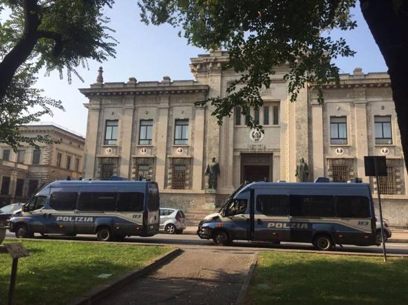 Alcuni mezzi della polizia fuori dalla procura di Bergamo