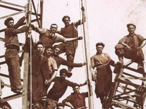 Una foto degli anni '40: alcuni dipendenti installano i primi tralicci