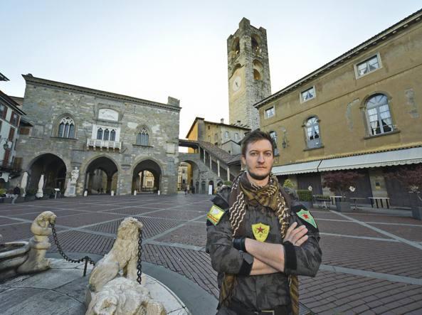 Claudio Locatelli, 30 anni, cresciuto a Curno, con la divisa dell'Ypg in Piazza Vecchia (LaPresse/Tiziano Manzoni)