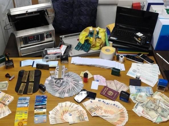 Macchinari, soldi, carte di credito, lingotti d'oro nel laboratorio di Azzano San Paolo in via Dante Alighieri