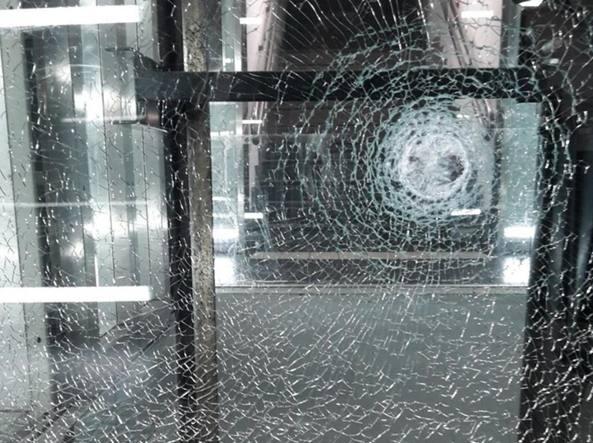 Un vetro rotto dopo la rissa in stazione resa nota dalla Cgil