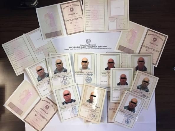Nel monolocale di Agrate il falsario bergamasco aveva già pronte dodici carte d'identità con la sua foto, tutte con nomi diversi