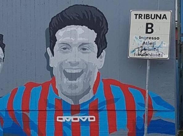 Il murales che Catania ha dedicato al Papu. Gomez ha giocato in Sicilia  dal 2010 al 2013