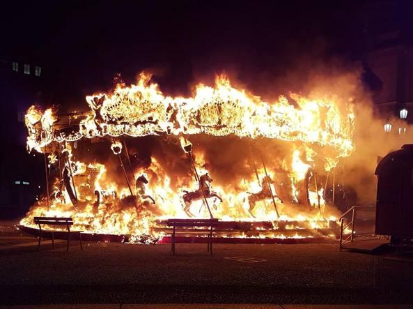 La giostra in fiamme (foto di Marin Forcella)