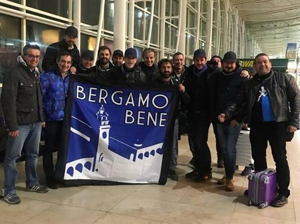 Il gruppo dei tifosi sbarcato ieri a Liverpool con il volo della «NerobluAir»