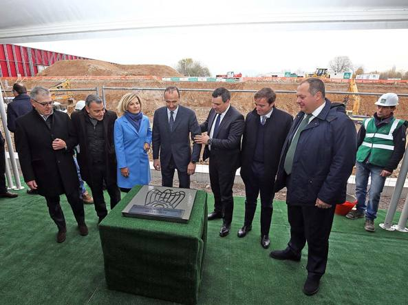 La cerimonia della posa della prima pietra con, al centro, il presidente Stefano Scaglia (LaPresse/Francesco Moro)
